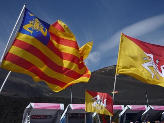 Bandiere siciliane sventolanti.